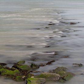 Stromend water over stenen in een rivier van Leo Luijten