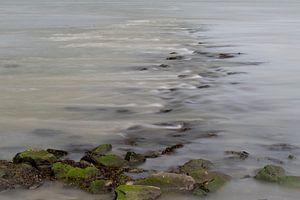 vloeiend water over stenen in een rivier