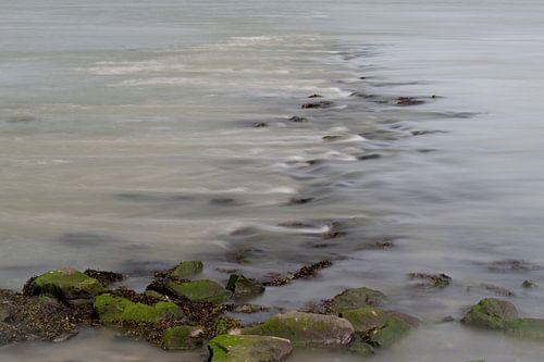 Stromend water over stenen in een rivier