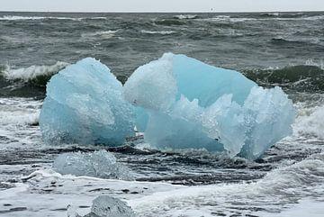 Blauwe gletsjerijs golfbreker bij ijsmeer Jokulsarlon, Ijsland van Jutta Klassen