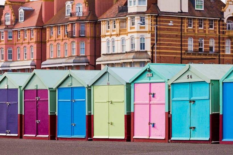 Colorful huts at the seafront in Brighton van Werner Dieterich