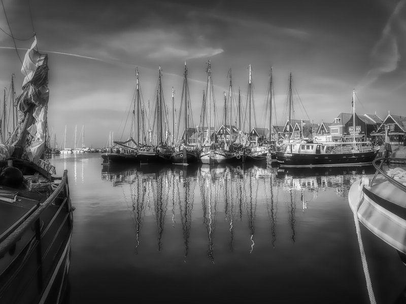 De oude vissersboten in de haven van Mart Houtman