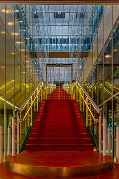 Trapopgang in rood en goud. van Cor Pot