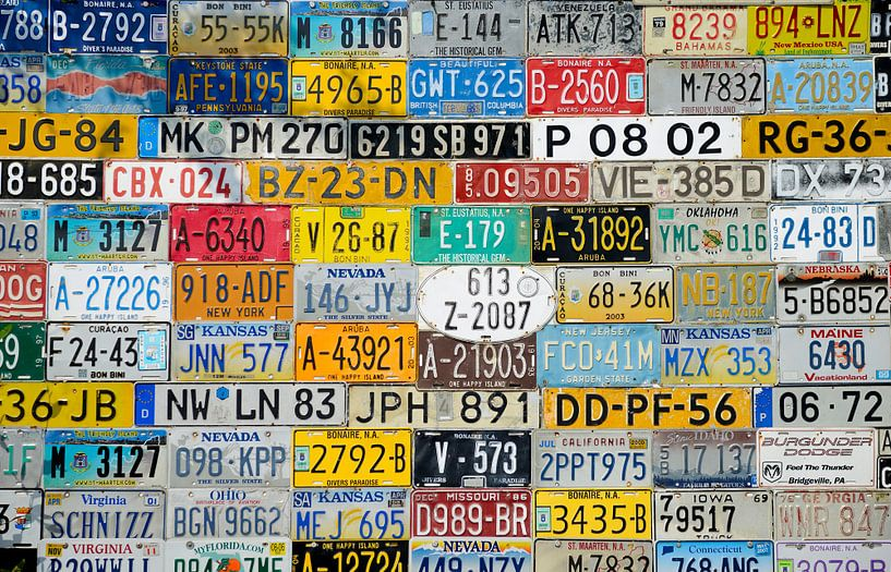 Een muur van Nummerborden van M DH
