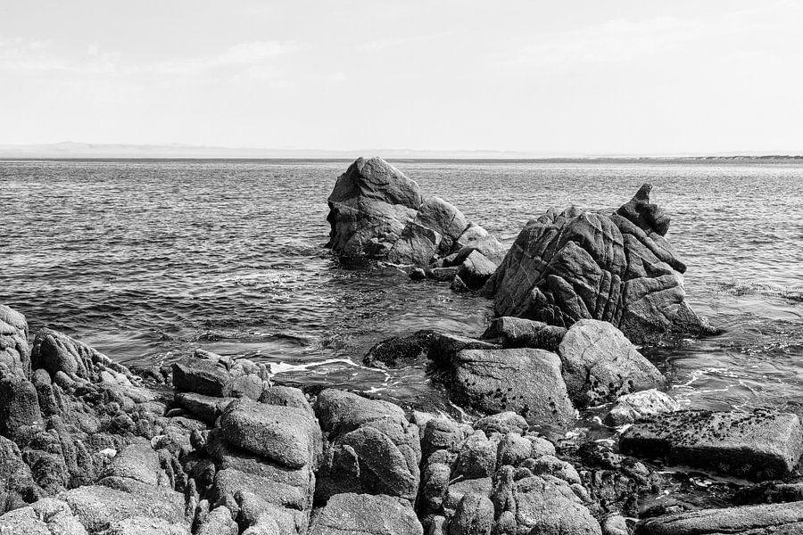 Rotsen in de grote Oceaan - Zwart / Wit  (C) van Remco Bosshard