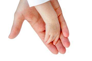 Hand der Mutter trägt den Arm eines Neugeborenen auf weißem Hintergrund von Ben Schonewille