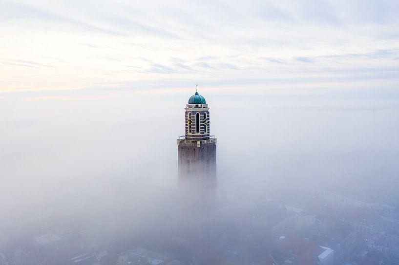 Peperbus in de mist Zwolle van Thomas Bartelds