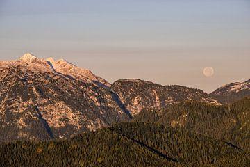 Maansondergang bij zonsopgang in de Beierse Alpen van Christian Peters