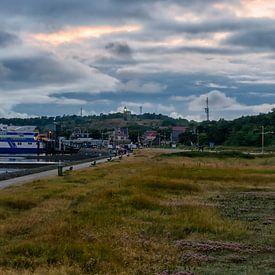 Fähre Vlieland auf dem Veerdam (Abend) von Roel Ovinge