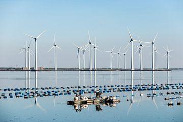 Windmolens op het water. van Brian Morgan