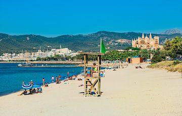 Zandstrand aan de kust van Palma de Majorca met zicht op de kathedraal, Spanje Middellandse Zee van Alex Winter