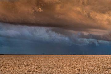 Coucher de soleil et mauvais temps sur la mer des Wadden près de Harlingen