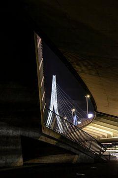 De Erasmusbrug gezien vanaf het Willemsplein in Rotterdam. (portrait) van Eric de Jong
