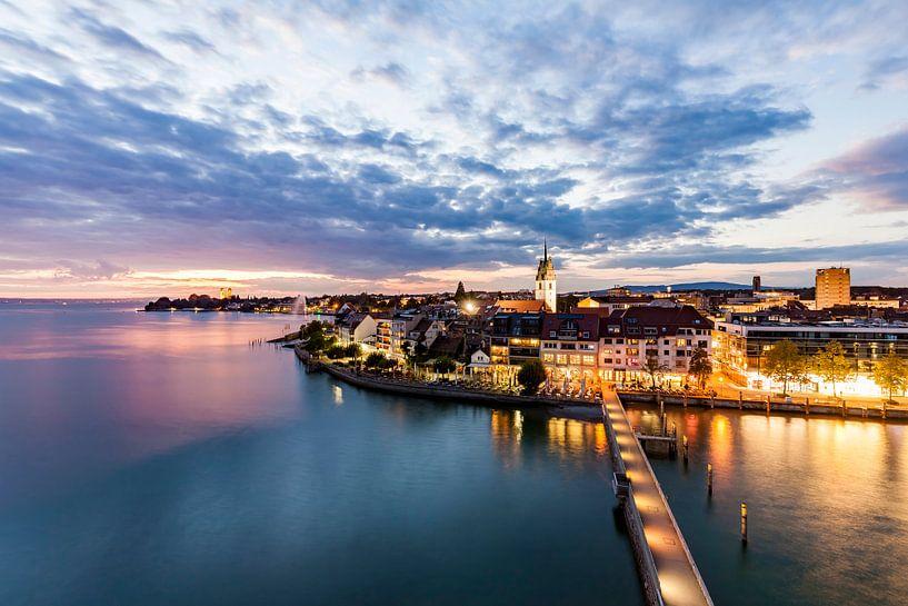 Cityscape of Friedrichshafen at Lake Constance at night van Werner Dieterich