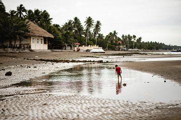Kind am Strand in Fischerdorf auf den Philippinen von Yvette Baur