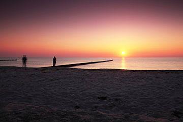 Paren op het strand bij zonsondergang van Frank Herrmann