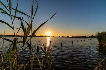 Zonsondergang boven het meer van thomas van der Wijngaard