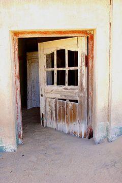 De deur staat altijd open, spookstad Kolmanskop van Inge Hogenbijl