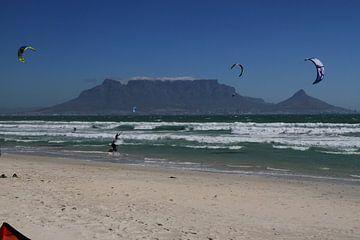 Kitesurfers op Blauberg strand nabij Kaapstad met de Tafelberg van Jan Roodzand