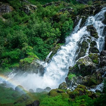 Wasserfall mit Regenbogen in der Nähe des Briksdalbreen-Gletschers in Norwegen von Jayzon Photo