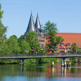 Liebesbrücke an der Obertrave mit Holstentor und Salzspeichern, , Lübeck, Schleswig-Holstein, Deutsc von Torsten Krüger