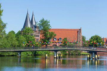 Liebesbrücke an der Obertrave mit Holstentor und Salzspeichern, , Lübeck, Schleswig-Holstein, Deutsc