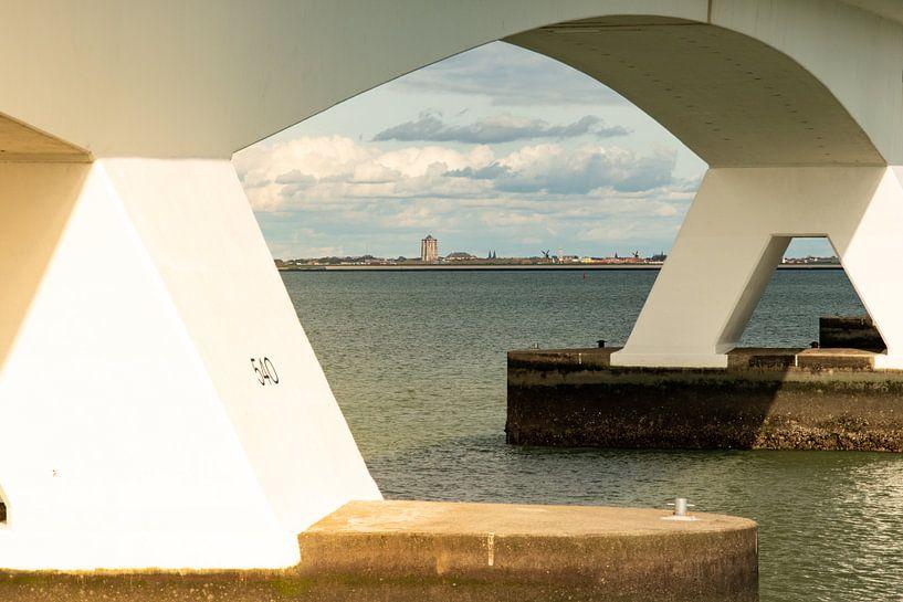 Zicht op Zierikzee, door de Zeelandbrug van Arie Jan van Termeij