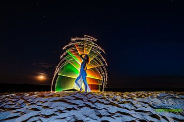 Meisje in zand met maan van Bert Baldauf