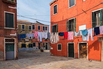 Historische Gebäude und Wäscheleinen in der Altstadt von Venedig von Rico Ködder