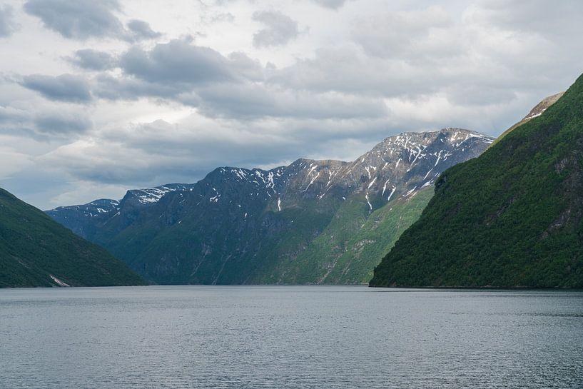 Uitzicht op het Geirangerfjord, Noorwegen van Capture the Light