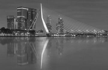 Skyline van Rotterdam met Erasmusbrug in zwart-wit. sur Ilya Korzelius