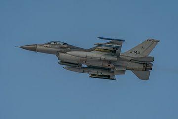 Oefenen! Nederlandse F-16 (J-144) is zojuist opgestegen van vliegbasis Leeuwarden  en gaat met 2 sch van Jaap van den Berg