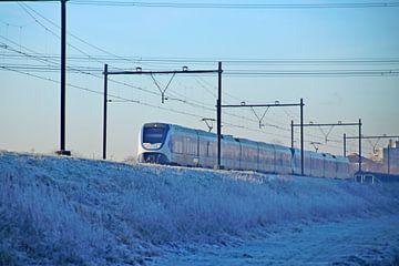 Een SLT sprinter van de NS op een besneeuwd spoor bij Nieuwerkerk aan den IJssel