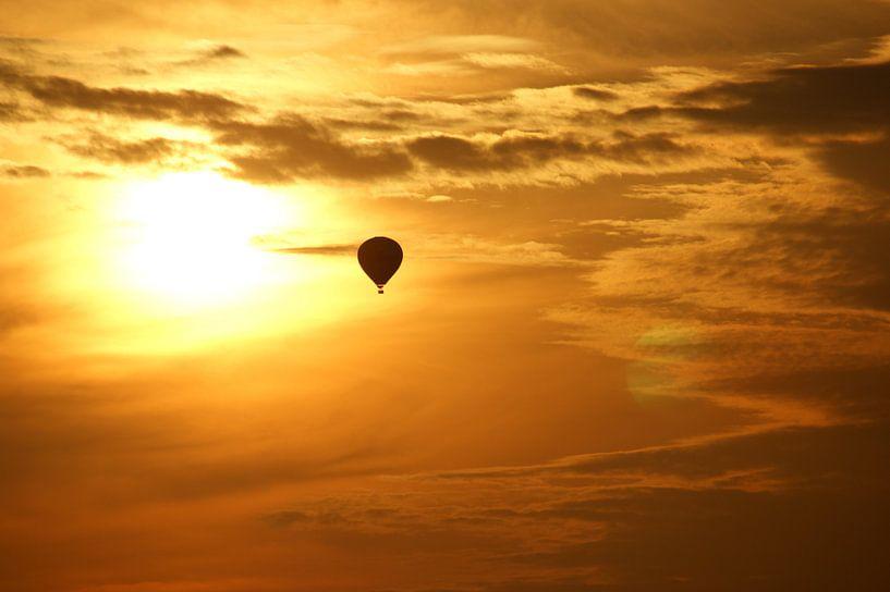 Hot air balloon at sunset van Jeroen van Deel