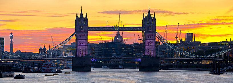 Panorama Tower Bridge vlak na zonsondergang te Londen van Anton de Zeeuw