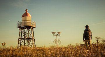 Der ikonische Leuchtturm in Kijkduin von den Dünen aus gesehen. von Claudio Duarte
