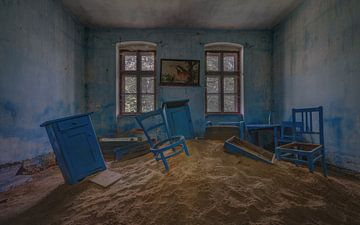 Wohnzimmer voller Sand und Möbel von Atelier Liesjes
