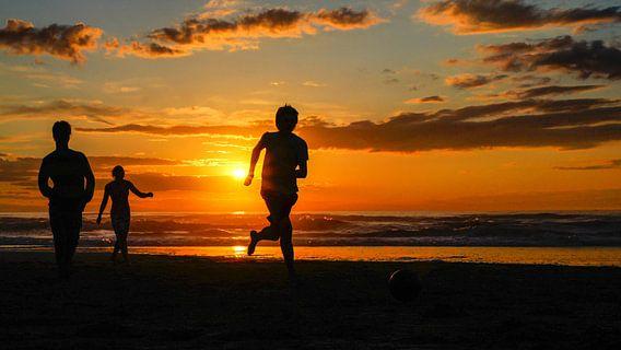 voetballen op het strand van Dirk van Egmond