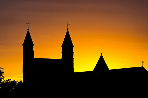 Silhouet Onze Lieve Vrouwebasiliek te Maastricht van Anton de Zeeuw