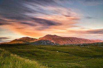 Zonsondergang in de Schotse bergen, Loch Taebhaidh, Schotland van Sebastian Rollé - travel, nature & landscape photography