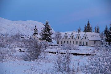 Häuser und Kirche in Island von Marcel Alsemgeest