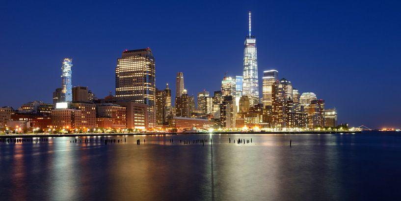 Manhattan Skyline in de avond, panorama van Merijn van der Vliet