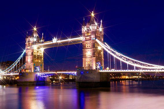 Tower Bridge by Night van Melanie Viola