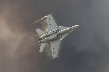 Een Boeing F/A-18F Super Hornet met naverbrander aan vliegt razend snel en met een oorverdovend gelu van Jaap van den Berg