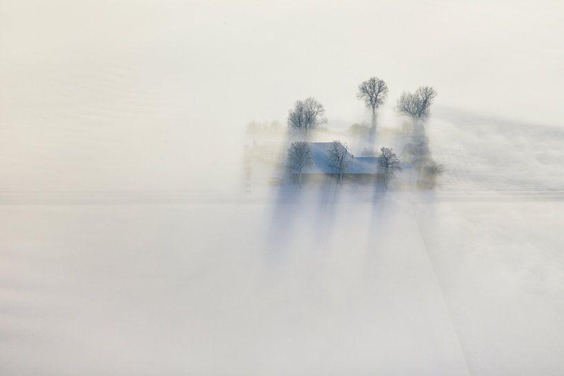 Luchtfoto van een winterlandschap, een boerderij in een zeldzame combinatie van sneeuw, zon en mist van Marco van Middelkoop