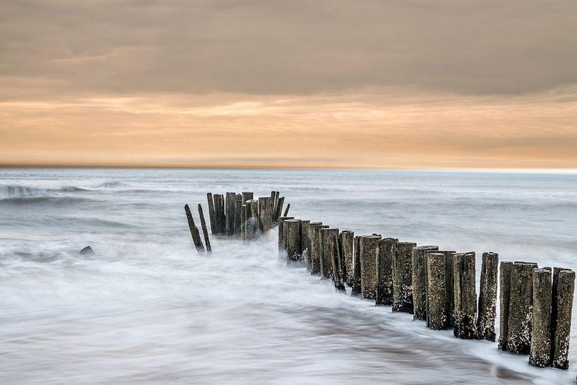 Golfbreker aan de Nederlandse kust van Gerry van Roosmalen