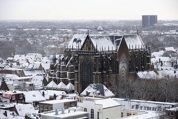 Het besneeuwde centrum van Utrecht met de Domkerk von Merijn van der Vliet