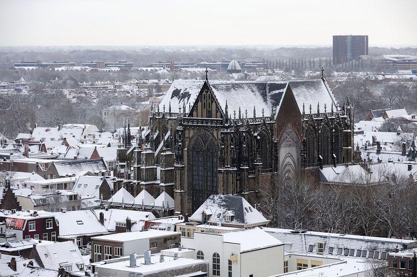 Het besneeuwde centrum van Utrecht met de Domkerk van Merijn van der Vliet