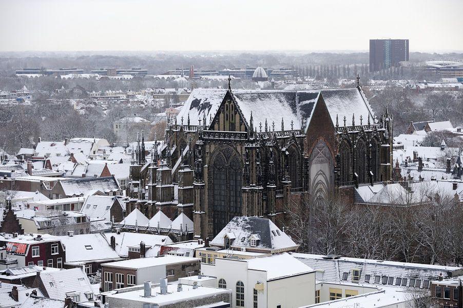 Het besneeuwde centrum van Utrecht met de Domkerk
