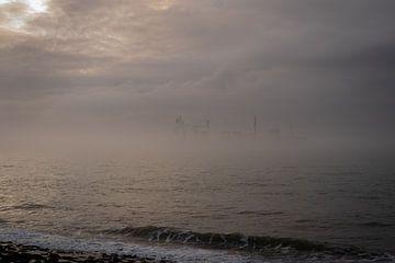 Schip opdoemend uit de mist van Beeldpracht by Maaike